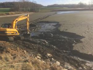 Odbahňování rybníku JCB JS 145